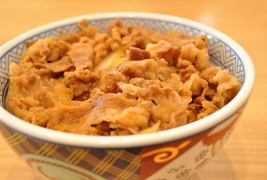 吉野家、「3カ月牛丼食べ続けても問題なし」に専門家から「調査デタラメ」と批判殺到