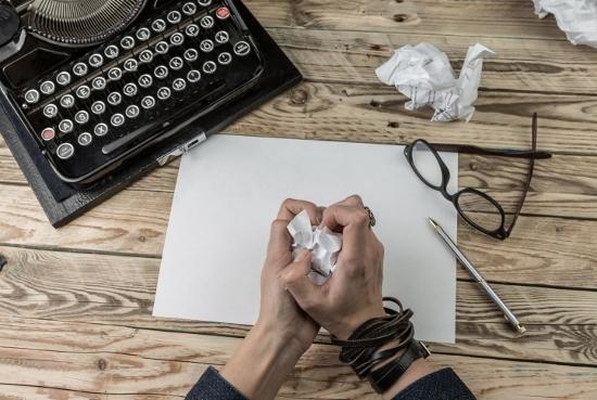 文化人の厳しい懐事情…ギャラは芸能人の数分の一、専業作家で食えるのは数十人足らず