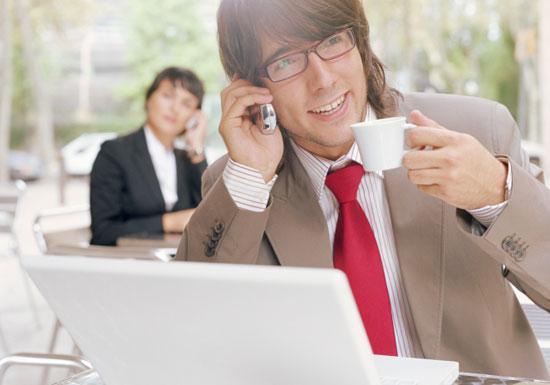 バカなのか?カフェの長居客が迷惑すぎる!したり顔で何時間もPCや読書、無神経に化粧や電話