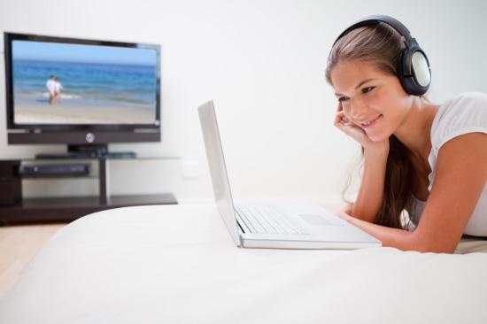 日本人のテレビ視聴時間、実はネットの7倍…8割の人が「テレビつまらない」と感じるワケの画像1