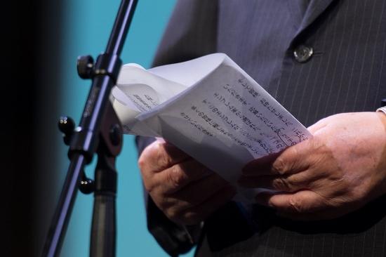 森喜朗、五輪エンブレム発表会見時のカンペがヤバすぎる!大きい文字、事務方の文章棒読みの画像1