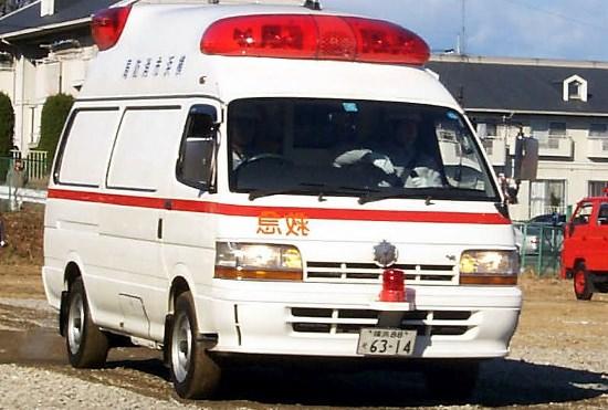 救急車、無料だからタクシー代わり利用多発?いや、有料だと低所得者の命が助からない?