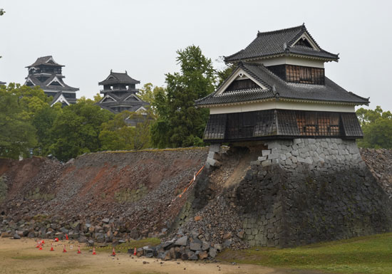 宿泊キャンセル60万人…熊本地震で九州観光地が瀕死状態 温泉地は人来ず、新幹線脱線…の画像1