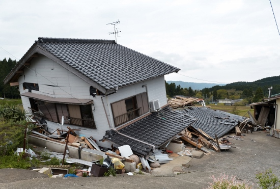 井上晴美の受難と心なき中傷…実家も外壁に大きなヒビ、窓が菱型に歪む【熊本地震】
