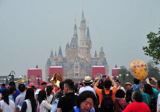 ディズニーR、客数減地獄突入…USJと中国ディズニーLに客取られ深刻、「行く意味」消失の画像1