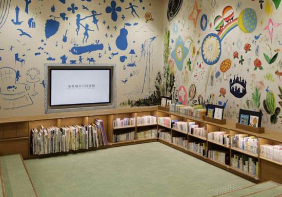 ツタヤ図書館、選書の半分が料理本…10年前の旅行本も大量、併設の蔦屋書店では売れ筋販売の画像1