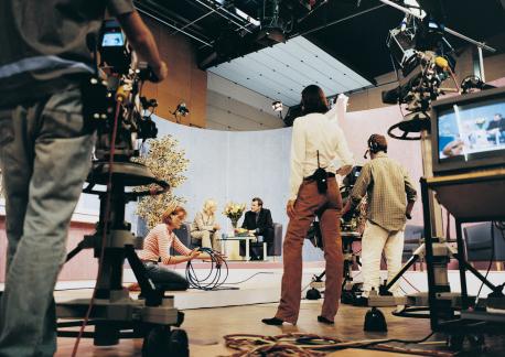 テレビ業界、ついに生き残りかけ捨て身の再編始動…CM制作費減少と「テレビ離れ」深刻
