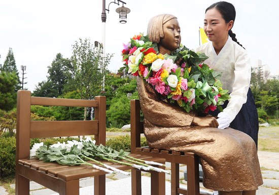 慰安婦問題、韓国に日本が10億拠出で「最終決着」…その後も ...