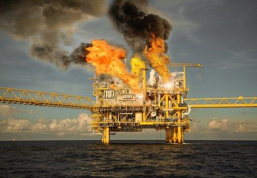 原油、価格と生産量の安定崩壊リ...
