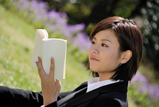 本を読まない人は一生お金が貯まらない?ネットばかり見る人がハマる無駄遣いの連鎖の画像1