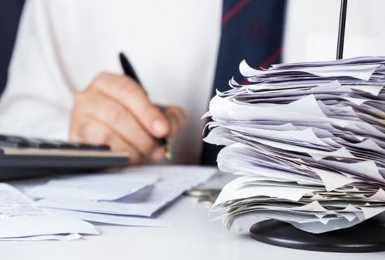 領収書に自分で手書き、経費で私的飲食…即刻で会社クビも!備品持ち帰りも違法