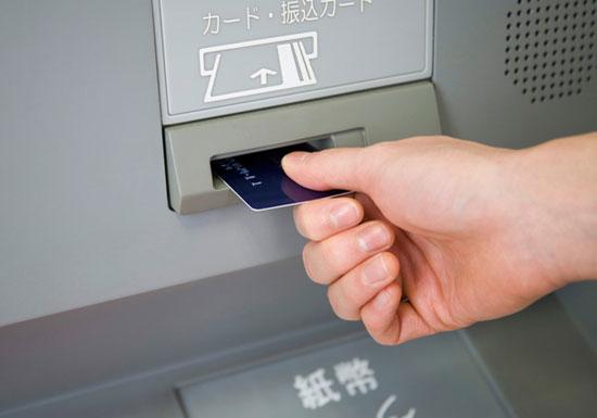 銀行のATM、なぜ終業後の夜間や休日だけ数百円も手数料取られる?3大銀行さんに直撃の画像1