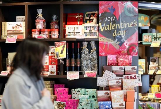日本独自の「バレンタインにはチョコ」、なぜ広まった?森永、メリー、モロゾフを直撃!