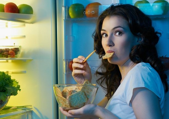 夜遅くに食事するのは人体に危険!尿路結石や逆流性食道炎のリスク増、翌朝「だるさ」もの画像1