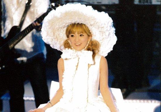浜崎あゆみ、ライブ写真で「女子プロレスラー化」が波紋…スリムな安室奈美恵との格差深刻
