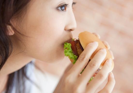 「満腹」の危険な罠…仕事の質低下、無駄な出費増で貯金できない体質にの画像1