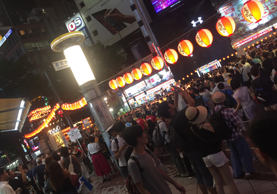 渋谷駅前で盆踊り、ハロウィンの「バカ騒ぎ」とは大違い…大混雑やゴミ放置まったくなし