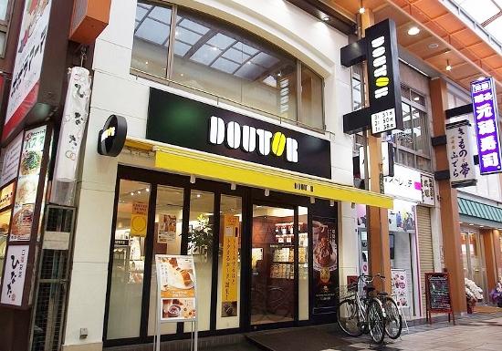 ドトール、誰でもサッと入れる「店舗外観の秘密」…「そこそこの心地良さ」追求の緻密戦略