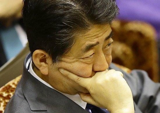安倍首相の政治団体、安倍賛美本を約1千万円分購入か…有権者に配布なら違法行為