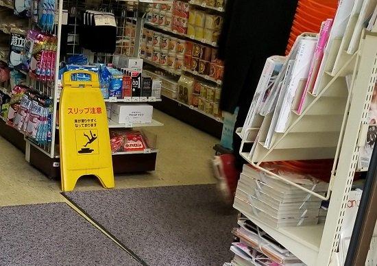 セブンイレブン、オフィス街の店舗入口正面にコンドーム陳列…セブンさんの納得のご回答の画像1