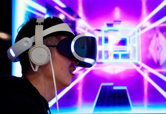 プレステVR、低迷深刻…VR、アダルト向けは活況、娯楽施設でも活用広がるの画像1