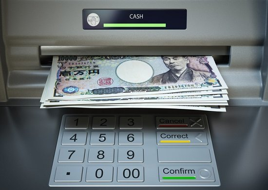 銀行ATM手数料「貧乏」の怖さ…一生で100万円以上も、家賃振込は1回で648円