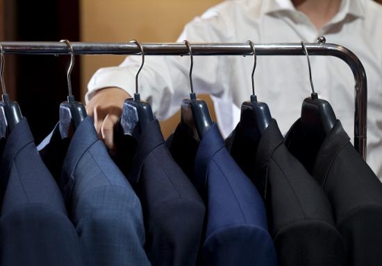 スーツを帰宅後すぐにクローゼットに入れるのはNG?スーツを長持ちさせる「扱い方」の画像1