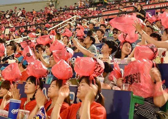 韓国のプロ野球、観客の7割が20~30代&女性殺到の秘密…野外フェス化で客熱狂