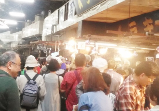 築地市場、東京都職員が客の入場制止&無断で動画撮影…業者を「豊洲で営業させない」と恫喝