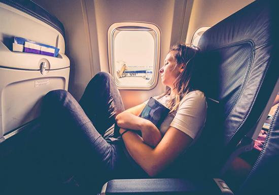睡眠不足になりがちな長時間フライトの飛行機で、ぐっすり眠れるようになる8つの裏ワザ