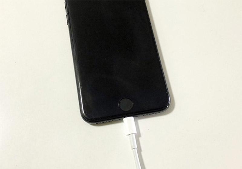 iPhoneやスマホの画面が真っ暗で電源が入らない、つかない!