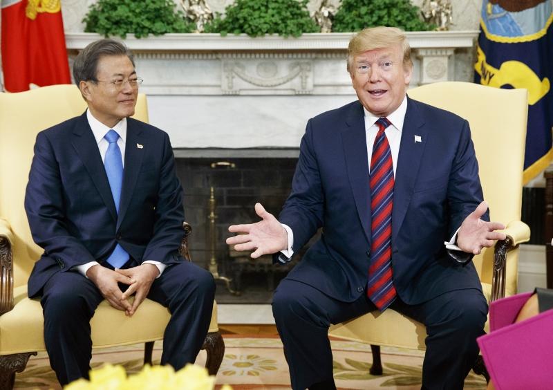 """韓国大統領、米韓首脳会談""""2分で終了""""の屈辱的冷遇…北朝鮮への制裁緩和要求で決裂か"""