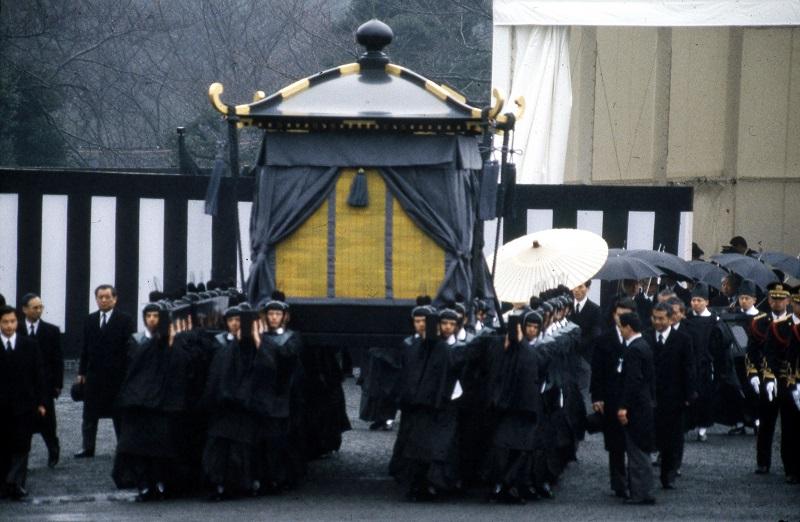 """30年前の昭和天皇崩御と""""平成への代替わり""""…長く異常な5カ月間、日本全体が混乱"""