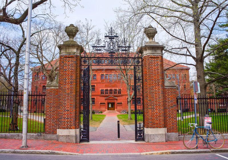 アメリカ、私立大学の学費は年700万円…莫大な医療費や居住費がかかる国の正体
