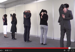【動画あり】突撃企業訪問!つらい肩こりを解消する、簡単スローストレッチを伝授