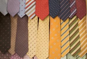 今夏、冷夏で消費冷え込み、経済に打撃懸念?クールビズでネクタイ販売は3分の1に