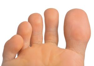 足指を曲げるだけで重度の腰痛が解消?一流のアスリートたちが奇跡の回復