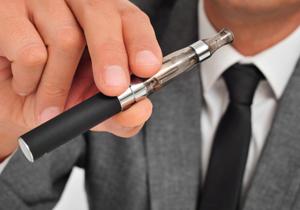 """""""野放しの""""電子たばこ、規制・課税の議論浮上 政府、健康への影響調査を開始"""