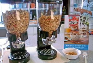 オフィスで朝食無料提供、なぜ広まる?支援するカルビーの狙い、拡大するグラノーラ市場