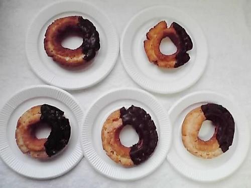 セブン新主力ドーナツは買うと損?小さく味も薄め…酷似と話題のミスドと食べ比べ