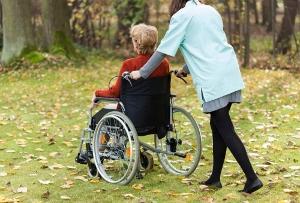 介護のための退職者、年間10万人の衝撃 社長を辞め単身赴任、非正規雇用で年収半減…の画像1