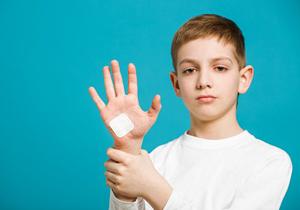 消毒薬や絆創膏、治りが遅く傷が悪化の恐れ?パウダー状消毒薬は特に危険、化膿や凍傷も