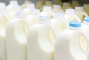 なぜ牛乳はペットボトルで売られない?雑菌繁殖しやすく危険、専用ボトル開発で事業圧迫