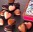 """バレンタイン義理チョコ人気が復活 """"儀礼""""配布減り、消費動向の変化と小売り各社の対応"""