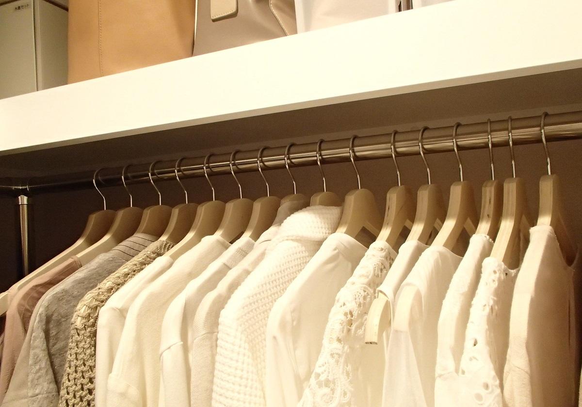服を片付けられない人は「掛ける」収納でお部屋スッキリ!超簡単ルール ...